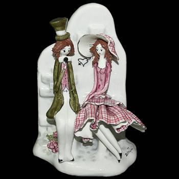 "Скульптура ""Пара сидящая на каменной скамейке"""