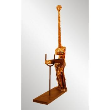 "Скульптура ""Женщина-жираф"""