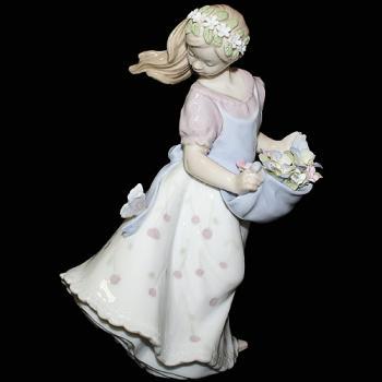 """Статуэтка """"Девушка с цветами в фартуке"""""""