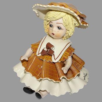 """Статуэтка """"Кукла сидящая со светлым волосами в коричневом платье"""""""