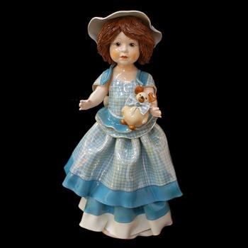 """Статуэтка """"Кукла стоящая и держащая медвежонка"""""""