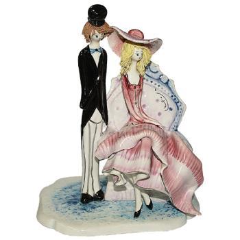 """Скульптура """"Стоящий кавалер рядом с дамой в кресле"""""""