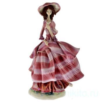 Дама в сиреневом платье с цветком
