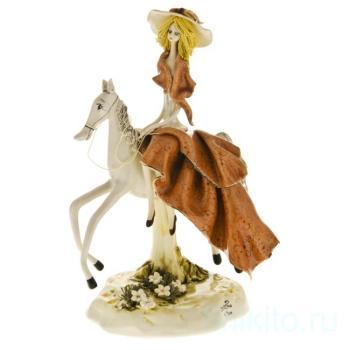 Дама на лошади в бежевом