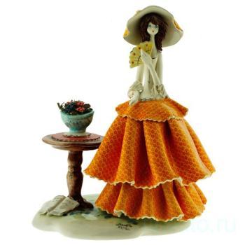 """Скульптура """"Дама стоящая у столика"""""""