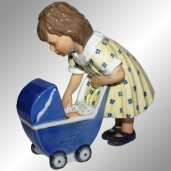 "Статуэтка из фарфора ""Девочка с коляской"""