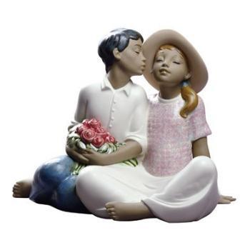 """Статуэтка NAO """"Воруя поцелуй"""""""