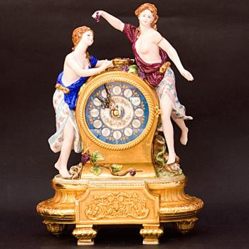 "Часы ""Две девушки"""