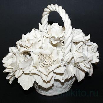 Декоративная корзина с розами, белая