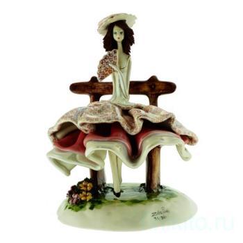 """Скульптура """"Леди в бордовом сидящая на скамейке"""""""
