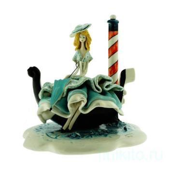 """Скульптура """"Леди в голубом сидящая на гондоле"""""""