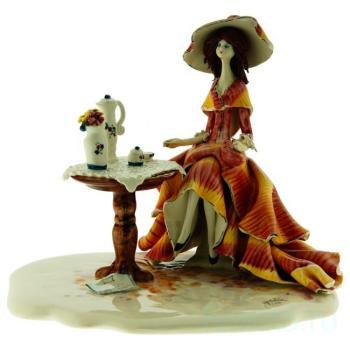 """Скульптура """"Леди за кофейным столиком"""""""