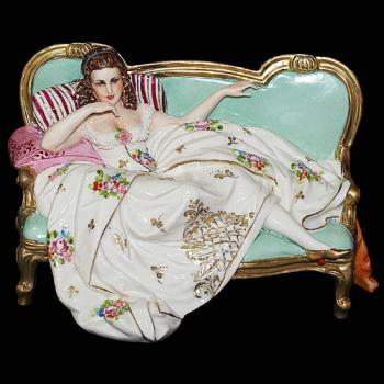 """Статуэтка """"Дама на диванчике"""""""