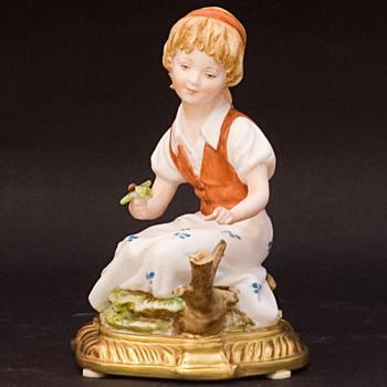 """Скульптура """"Девушка с ягодами"""""""