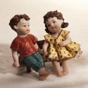 """Статуэтка """"Двое детей сидящие на скамейке"""""""