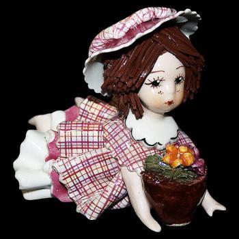 """Статуэтка """"Кукла лежащая и держащая кашпо с цветами"""""""