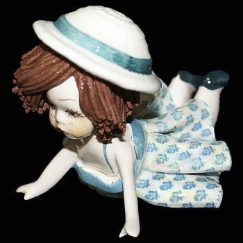"""Статуэтка """"Кукла лежащая с темными волосами в зеленом платье """""""