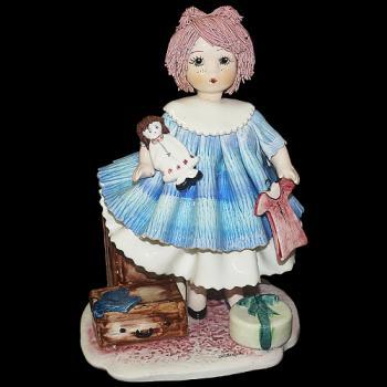 """Статуэтка """"Кукла с чемоданами """""""