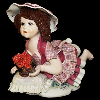 "Статуэтка ""Кукла с цветами лежащая на подушке"""