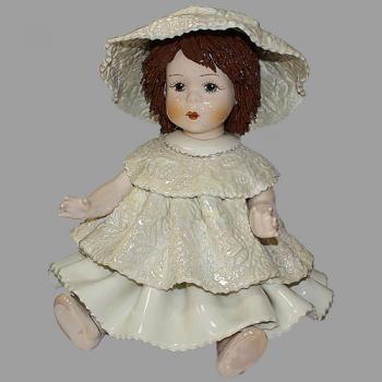 """Статуэтка """"Кукла сидящая с темными волосами в белом платье"""""""