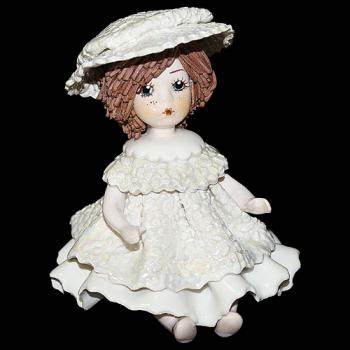 """Статуэтка """"Кукла сидящая с темными волосами в белом платье """""""