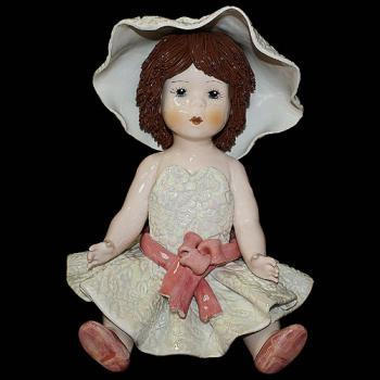 """Статуэтка """"Кукла сидящая с темными волосами в белом платье с красным поясом"""""""