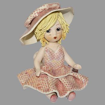 """Статуэтка """"Кукла сидящая со светлыми волосами в розовом платье """""""