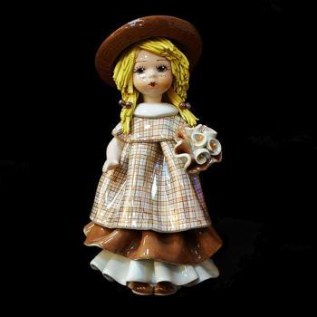 """Статуэтка """"Кукла стоящая и держащая букет цветов"""""""