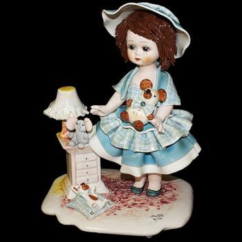 """Статуэтка """"Кукла стоящая с медведем у тумбочки"""""""