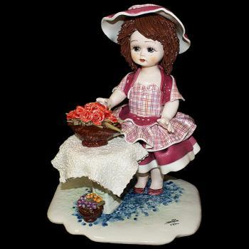 """Статуэтка """"Кукла стоящая у стола с цветами"""""""